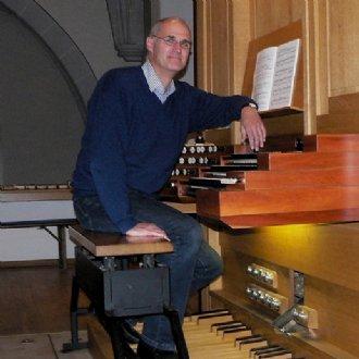 Christoph Bachmaier an der Orgel, Leitung der Chöre der Pfarre St. Nikolaus in Eggenfelden, Bayern © Christoph Bachmaier