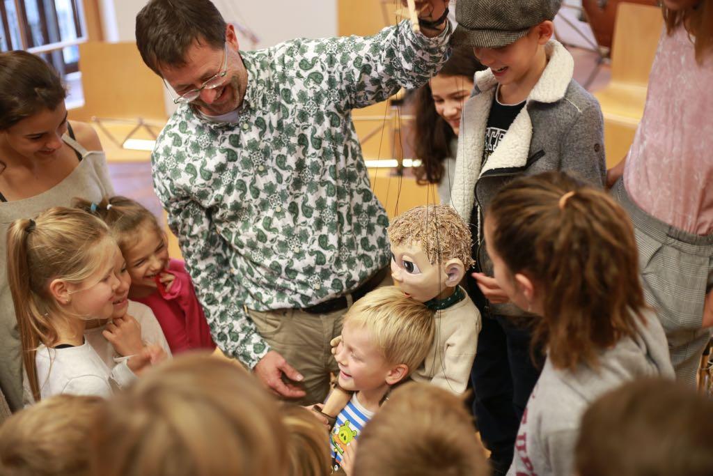 "Die Hirtenkinder begrüßen die Marionette ""Simmerl"". © Leo Hartinger"