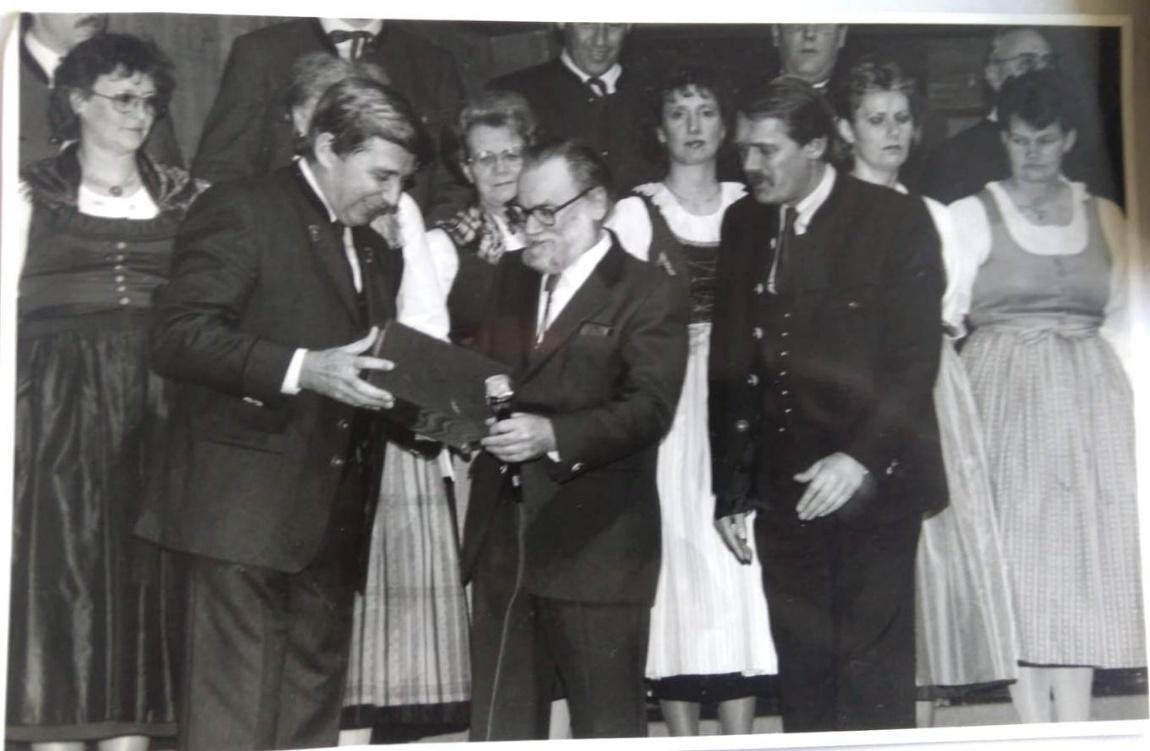 Wilhelm Keller mit Salzburgs Landeshauptmann Hans Katschthaler (links) und Tobi Reiser (rechts)© Salzburger HirtenAdvent